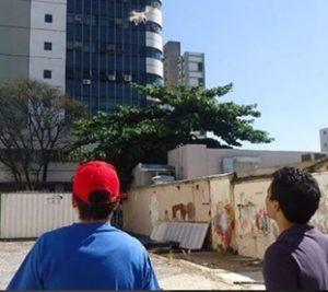 Equipe Saletto utilizando drone em inspeção para vistoria cautelar em obra de construção civil.